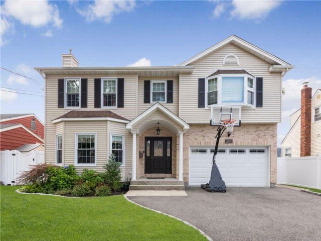 4 BR,  2.55 BTH  Colonial style home in North Bellmore