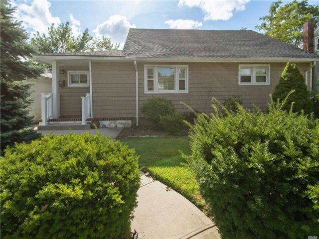 4 BR,  1.00 BTH  Bungalow style home in North Bellmore